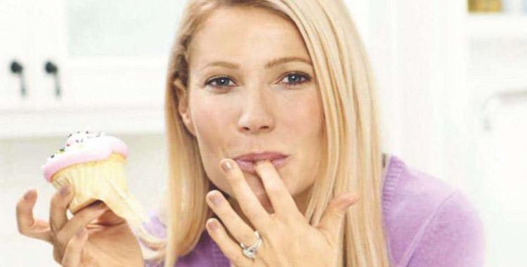 Gwyneth Paltrow mange des muffins