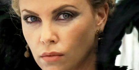 Charlize Theron en reine maléfique dans Blanche Neige et le chasseur