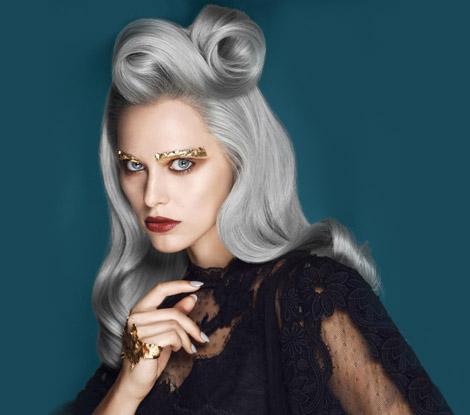 Une femme de 30 ans avec des cheveux gris et blancs