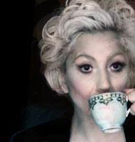 Lady Gaga buvant une tisane