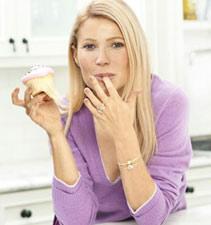 Gwyneth Paltrow mange un cupcake