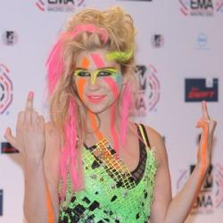 Kesha en total look fluo
