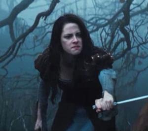 Kristen Stewart dans la forêt dans Blanche neige et le chasseur