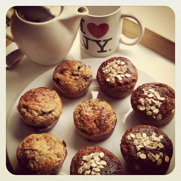 Goûter de muffins maison et thé aux fruits rouges