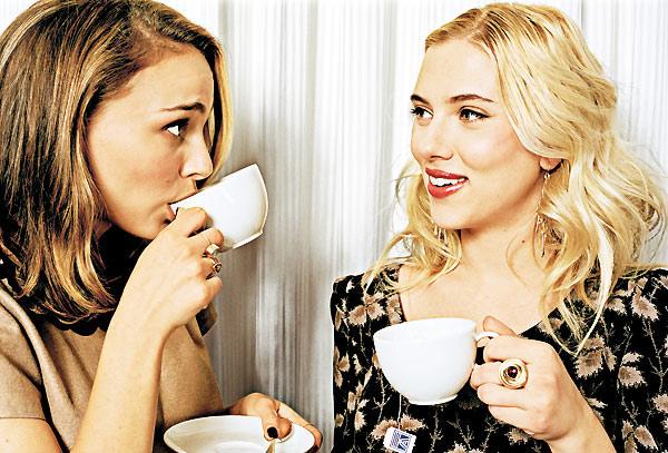 Nathalie Portman buvant un thé avec Scarlett Johanson