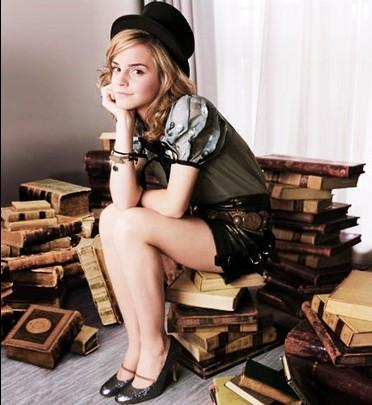 Emma Watson sur une pile de livres