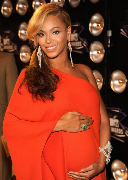 Beyoncé enceinte en robe rouge