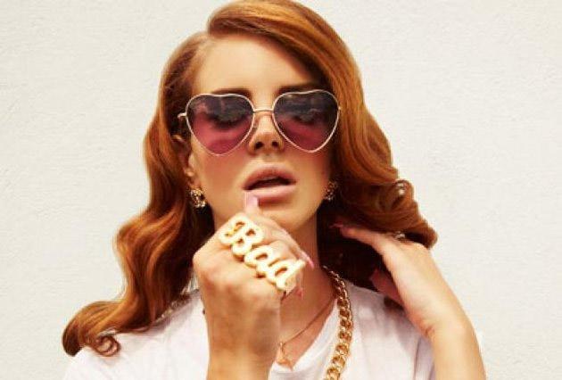 Lana Del Rey et ses lunettes en forme de coeur