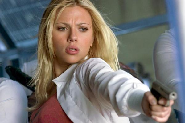 Scarlett Johansson avec un revolver