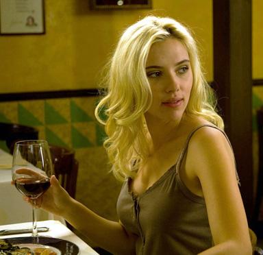 Scarlett Johansson buvant du vin