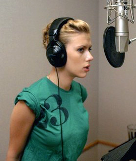 Scarlett Johansson en train de chanter