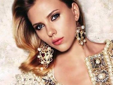 Scarlett Johansson porte des bijoux dorés