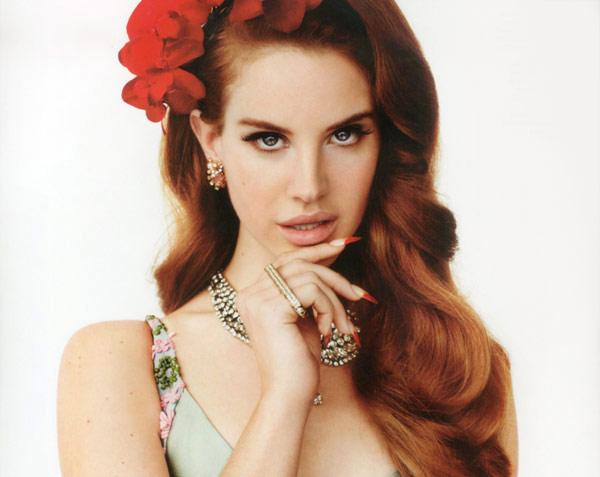 Lana Del Rey et sa manucure griffue