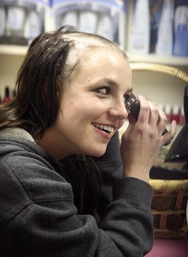Britney Spears se rase le crâne