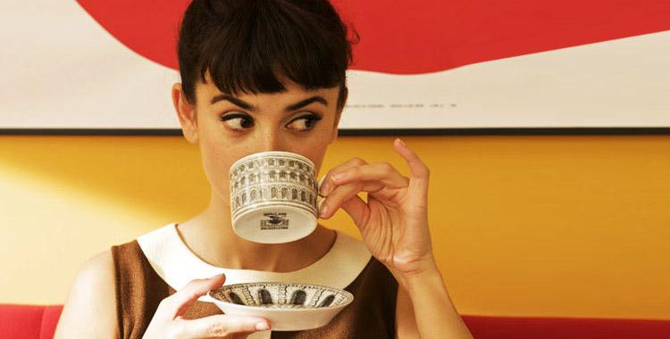 Penelope Cruz boit du thé ou de la tisane