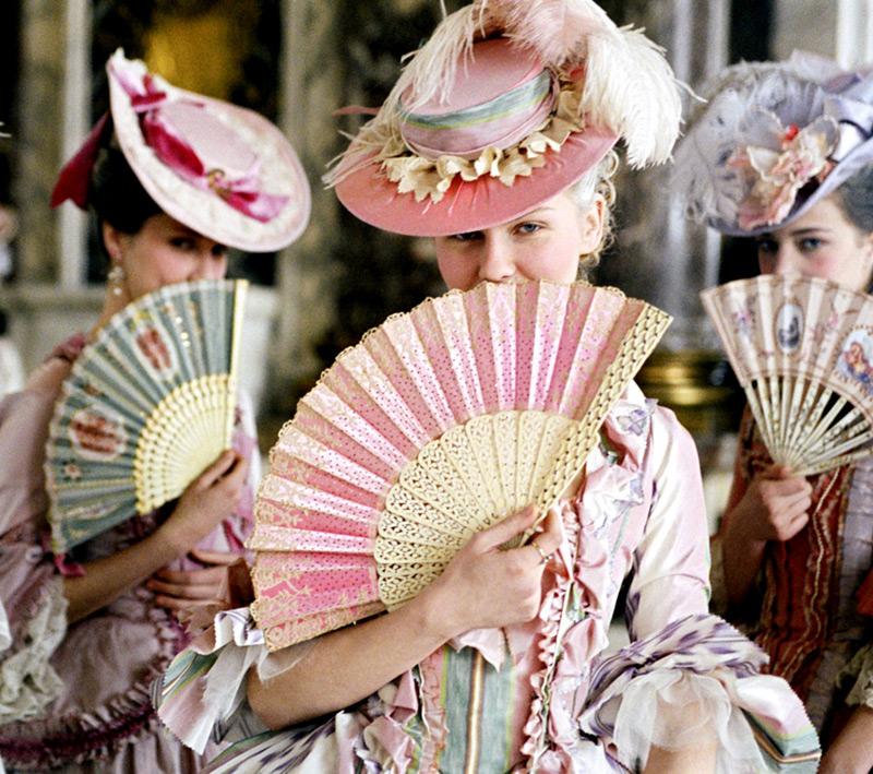 Marie-Antoinette se cache derrière un éventail