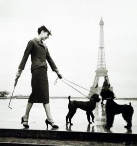 Audrey Hepburn devant la Tour Eiffel