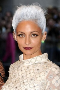 Nicole Ritchie et ses cheveux blancs