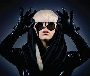 Lady gaga avec des lunettes noires