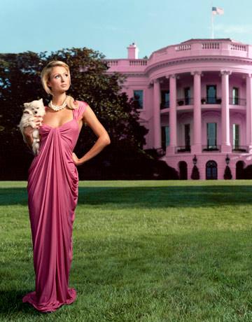 Paris Hilton en rose devant la maison rose