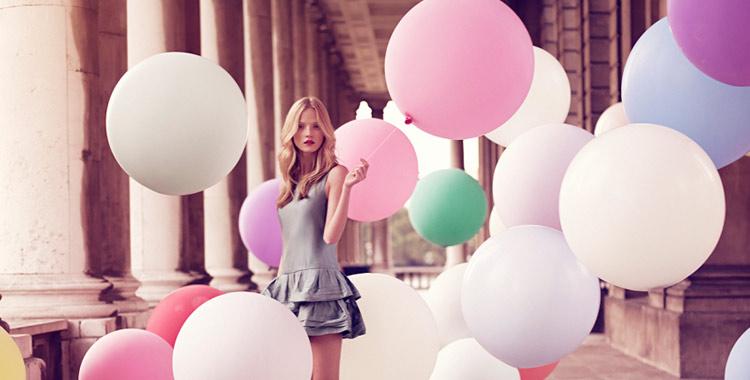 Une jeune fille avec des ballons