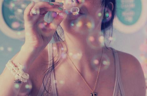 Une jeune fille fait des bulles