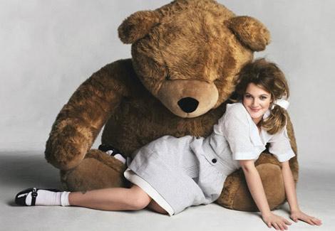 Drew Barrymore et un ours en peluche géant