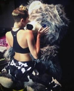 Miley Cyrus danse avec un ours en peluche