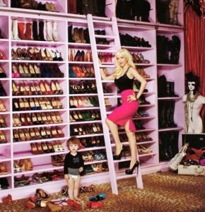 Christina Aguilera devant ses étagères de chaussures