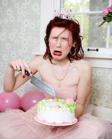 Une jeune femme pleure le jour de son anniversaire