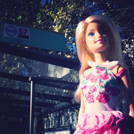 Barbie prend le bus