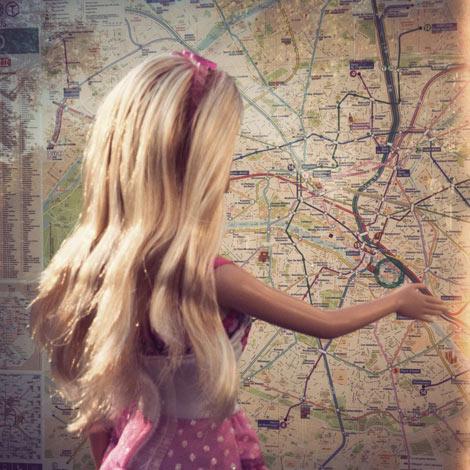 Barbie perdue dans le métro