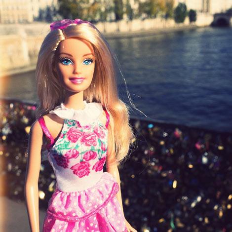 Barbie au Pont des Arts