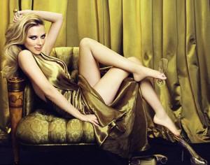Scarlett Johansson boit du champagne