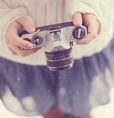 une femme avec un appareil photo dans la neige