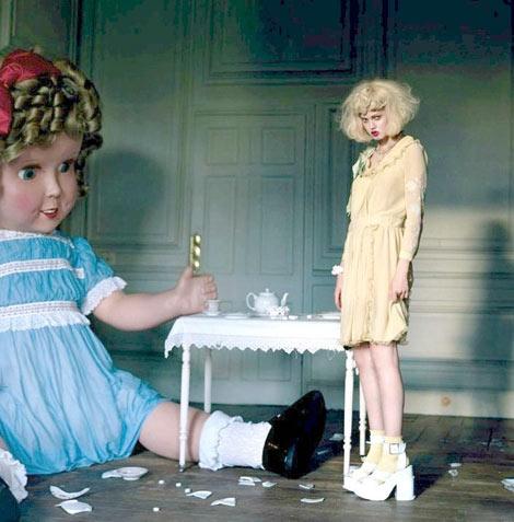 Une poupée et une jeune fille babydoll