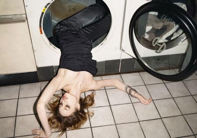 Femme dans une machine à laver